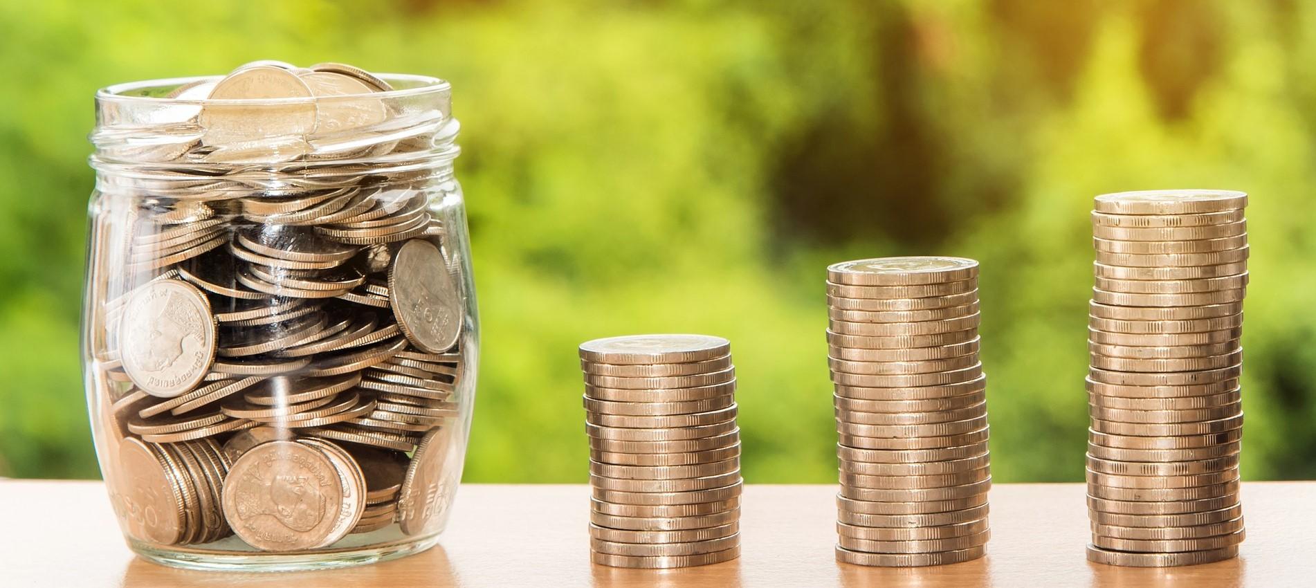 Rosnące stosy monet
