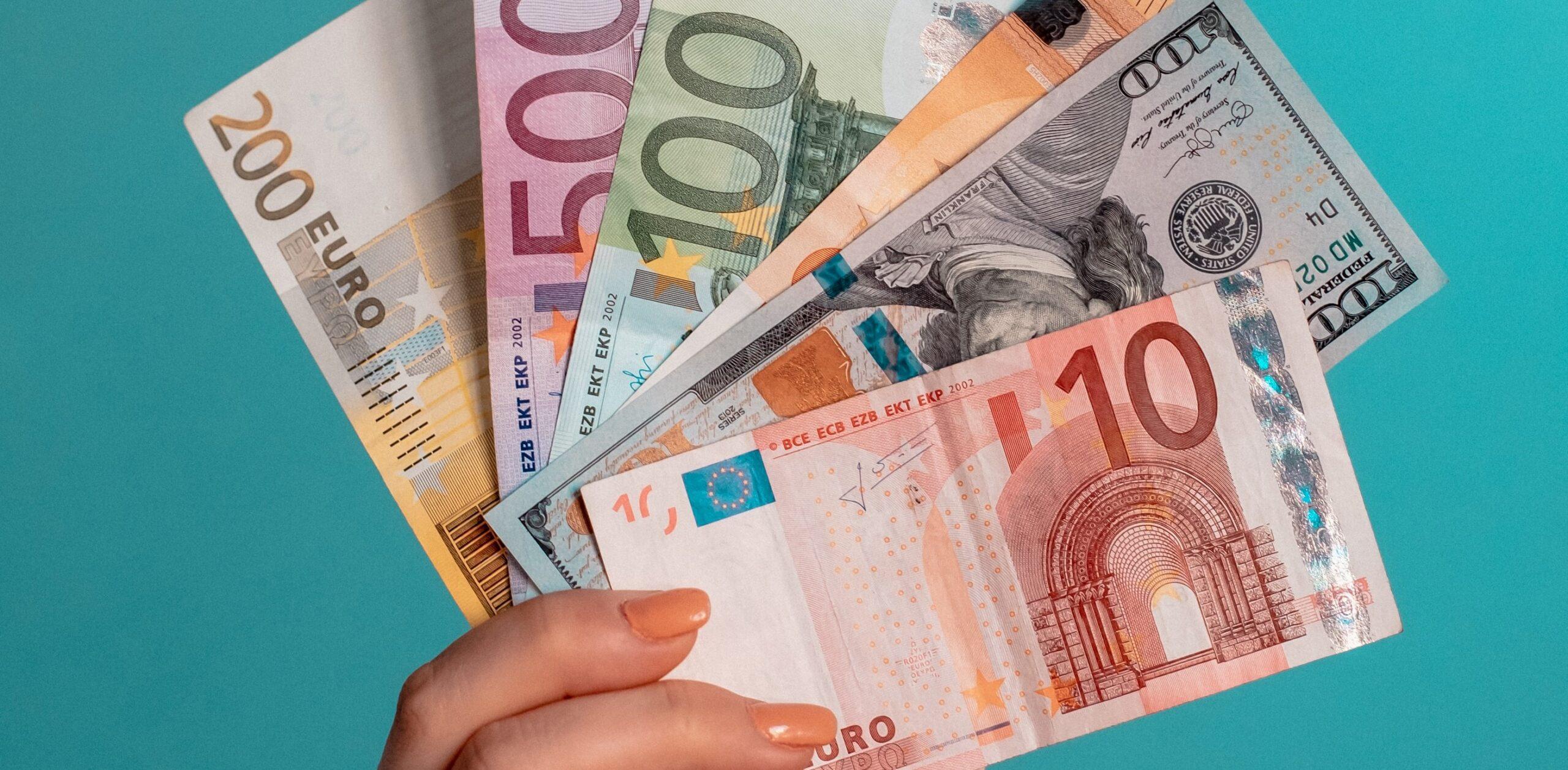 euro w dłoni